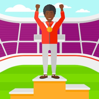 Atleta con medaglia e mani alzate.