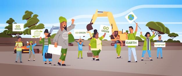 Attivisti in possesso di manifesti andare verde salvare pianeta sciopero concetto mix gara manifestanti campagna per proteggere la terra dimostrando contro il riscaldamento globale ritratto cava sfondo orizzontale