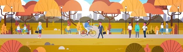 Attività del parco all'aperto, persone che si rilassano nella natura camminando in sella alla bicicletta e comunicando orizzontalmente