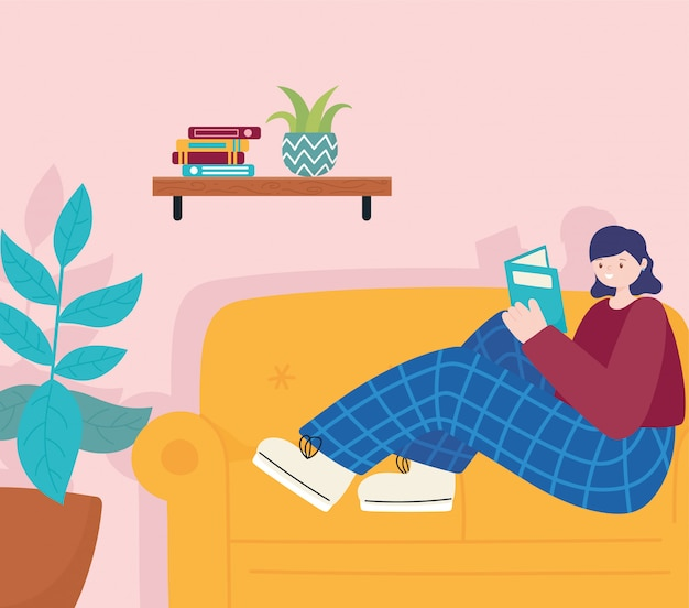 Attività della gente, giovane donna che si siede sul libro di lettura del sofà