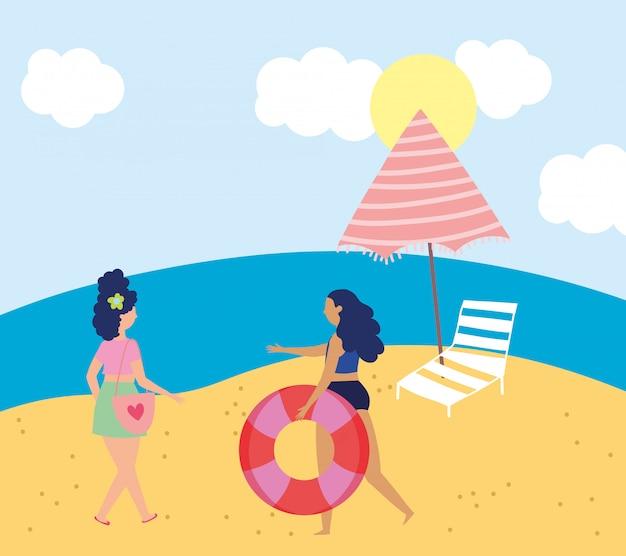 Attività estive, giovani donne con sedia galleggiante e ombrellone, relax in riva al mare e attività ricreative all'aperto