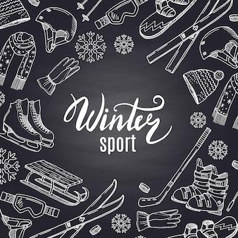Attrezzatura per gli sport invernali disegnata a mano e attributi sulla lavagna nera