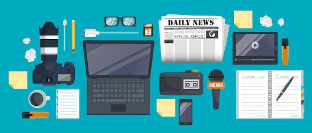 Attrezzature per giornalista sulla scrivania