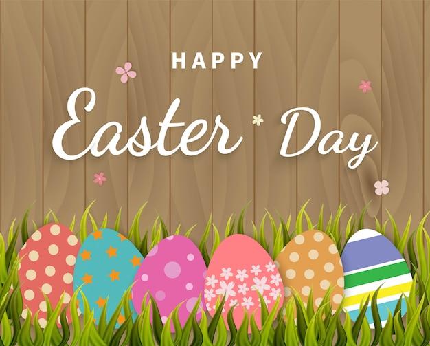 Auguri di felice giorno di pasqua con le uova di pasqua su legno