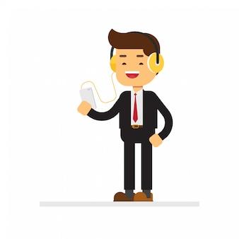 Auricolari d'uso dell'uomo d'affari che ascoltano musica sul suo smartphone