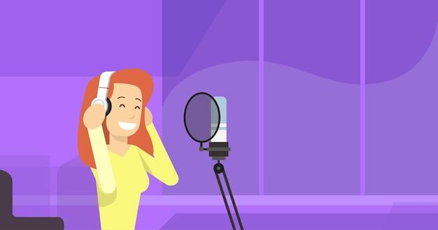 Auricolari delle cuffie di usura della ragazza con il microfono
