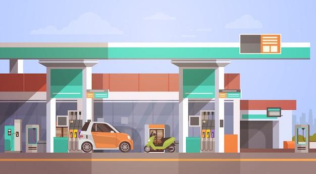 Automobile che rifornisce alla stazione di servizio del gas
