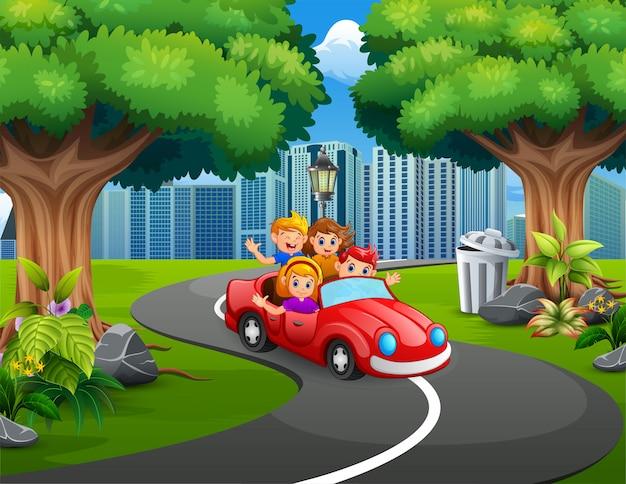 Automobili di guida felici della famiglia nel parco della città