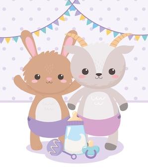 Baby shower, simpatico coniglio di capra con ciuccio sonaglio e bottiglia di latte, celebrazione benvenuto neonato