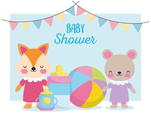 Baby shower, simpatico orsacchiotto e volpe con biberon e tazza, annunciano la carta di benvenuto appena nata