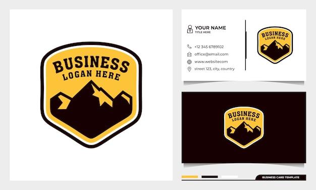 Badge design logo avventura con montagne e modello di biglietto da visita