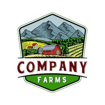 Badge di logo fattoria all'aperto con le montagne