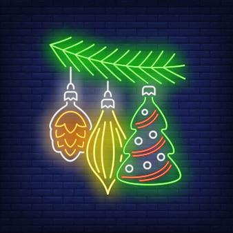 Bagattelle di natale sull'insegna al neon del ramoscello dell'albero di abete