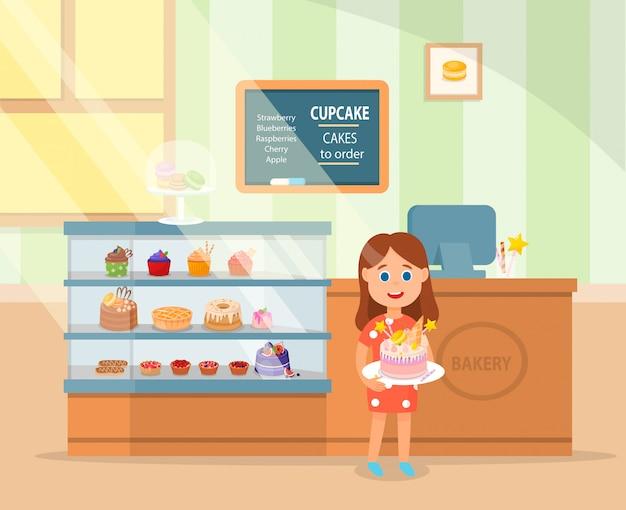 Bambina in piedi con deliziosa torta di compleanno