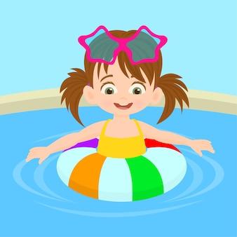Bambina sveglia allegra su un galleggiante dell'anello