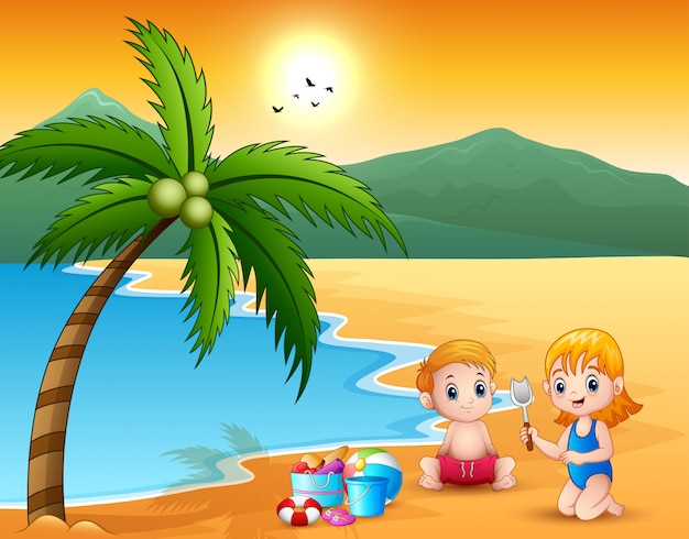 Bambina sveglia e ragazzo che giocano con la sabbia sulla spiaggia