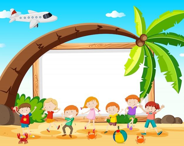 Bambini al telaio della spiaggia