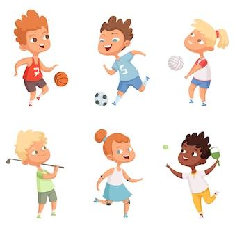 Bambini all'aperto in attività sportive d'azione