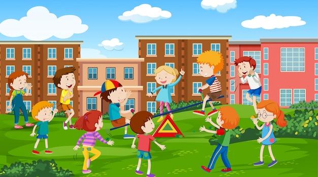 Bambini attivi che giocano in scena all'aperto