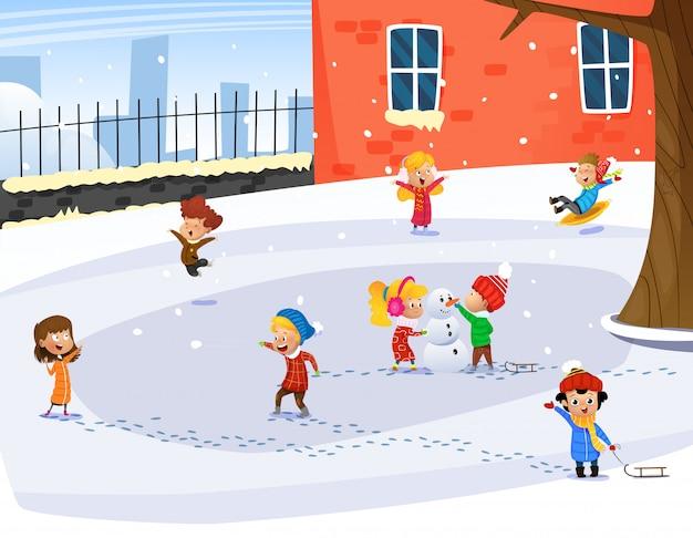 Bambini carini che giocano. attività all'aperto per bambini invernali