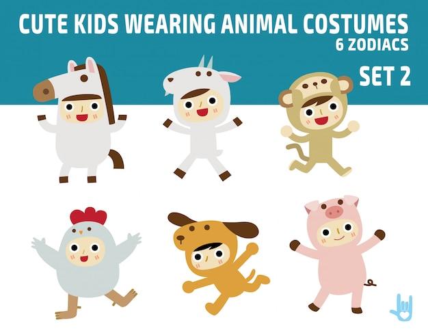 Bambini carini che indossano costumi di animali