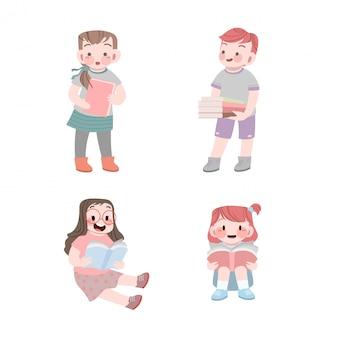 Bambini carini che leggono il libro e portano una collezione di libri
