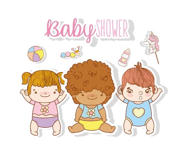 Bambini carini con giocattoli di intrattenimento e pannolini