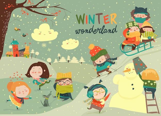 Bambini carini felici che giocano i giochi invernali