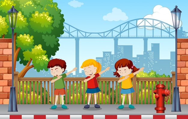 Bambini che ballano nel parco