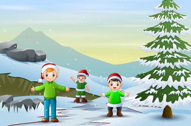 Bambini che camminano attraverso la strada innevata nella stagione invernale