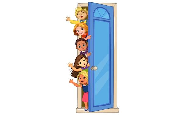 Bambini che danno una occhiata alla porta sventolando illustrazione