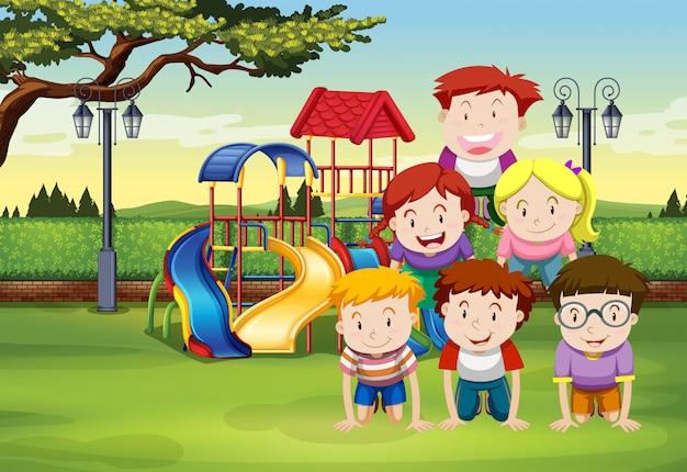 Bambini che fanno piramide umana sull'erba