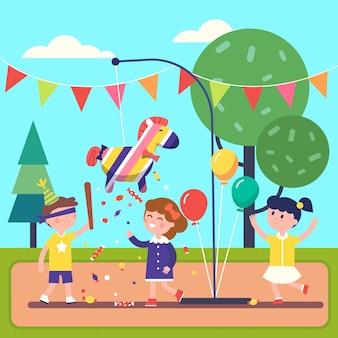 Bambini che festeggiano posada rompendo una pinata