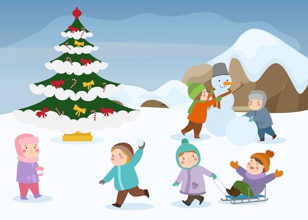 Bambini che giocano a giochi invernali all'aperto a natale