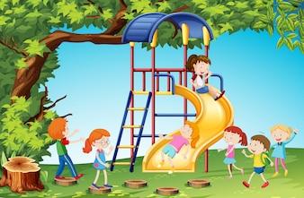 Bambini che giocano a scivolo nel parco giochi