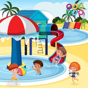 Bambini che giocano al parco acquatico