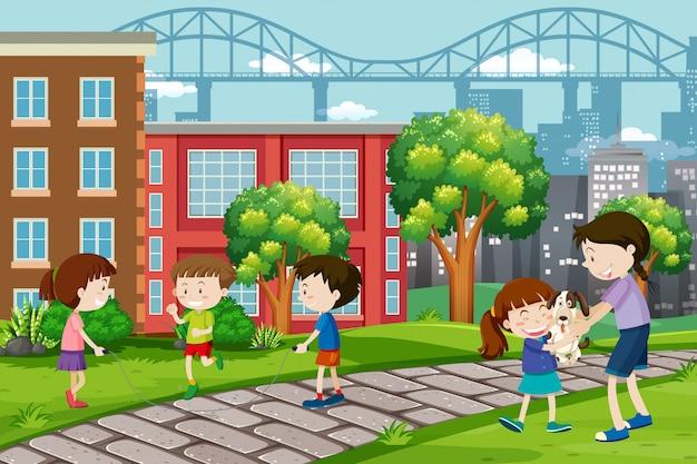 Bambini che giocano al parco urbano