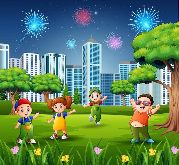 Bambini che giocano all'aperto con paesaggio urbano e fuochi d'artificio