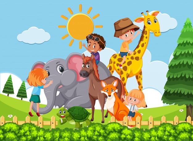 Bambini che giocano con animali selvatici