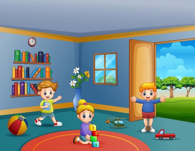Bambini che giocano con i loro giocattoli all'interno della stanza
