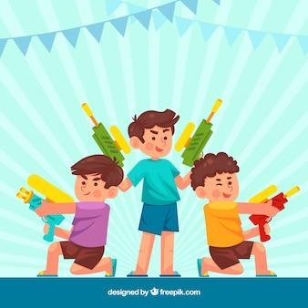 Bambini che giocano con pistole ad acqua