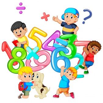 Bambini che giocano con un grande numero