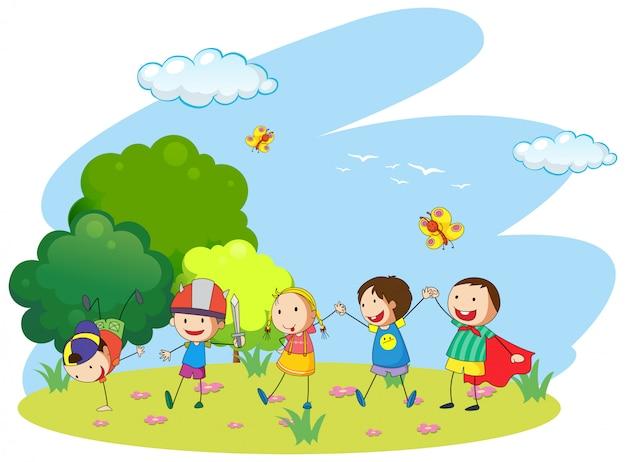 Bambini che giocano in giardino