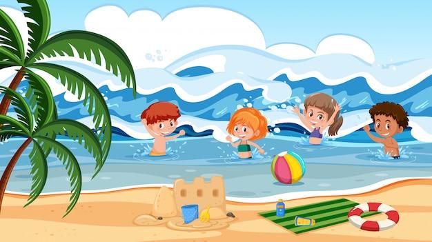 Bambini che giocano in mare