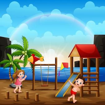 Bambini che giocano in spiaggia con il loro aquilone