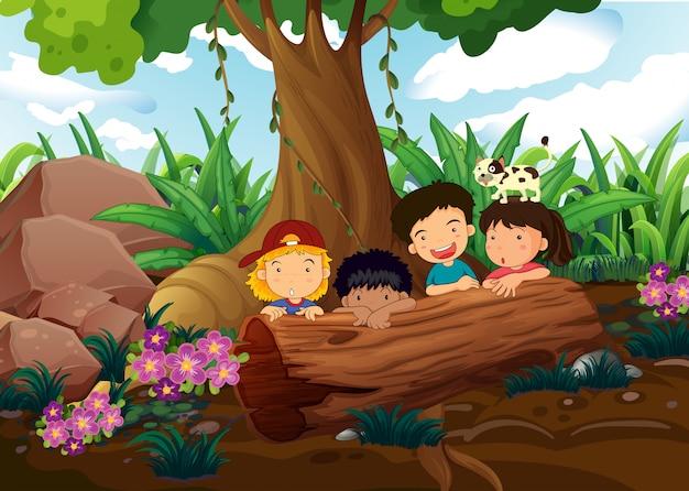Bambini che giocano nei boschi