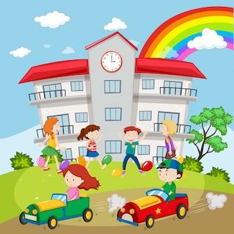 Bambini che giocano nel campo della scuola