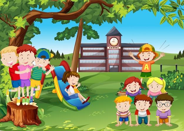 Bambini che giocano nel cortile della scuola