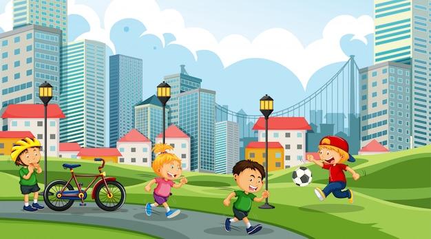 Bambini che giocano nel parco cittadino