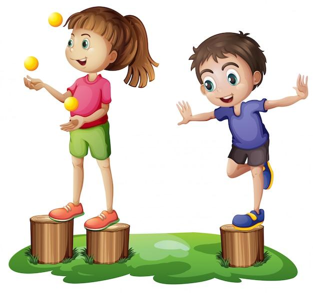 Bambini che giocano sopra i ceppi